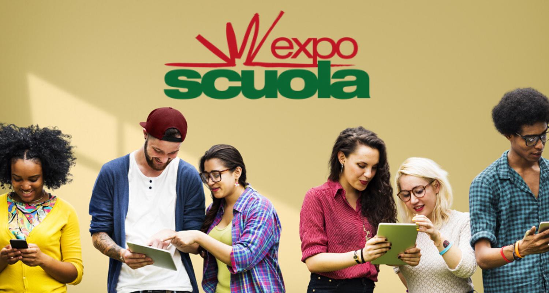 Ragazzi che condividono informazioni per l'Exposcuola di Padova